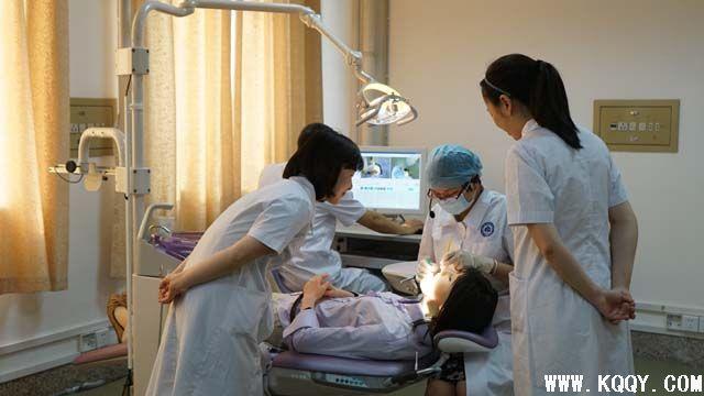 华西实验教学中心率先引进SIMROID牙科机器人实习系统